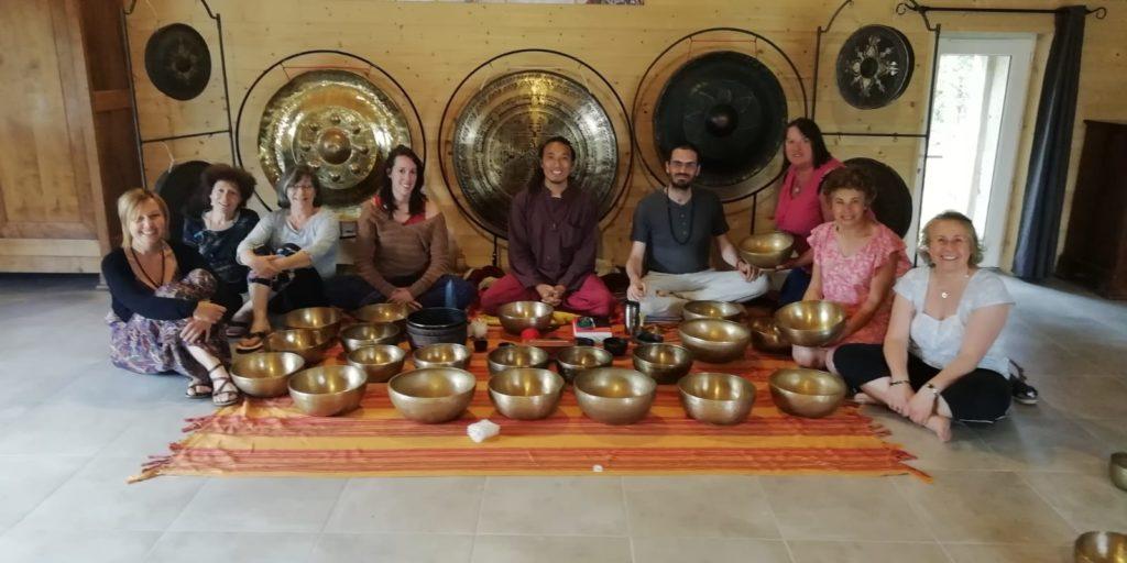 Pasang Lama , moine guérisseur, est venu à Zen&Zic nous initier à un stage de bols tibétains.  Quelle magnifique personne ...4 jours de transmission de techniques de soins,  de traditions, de vibrations musicales et humaines au son des gongs et bols chantants.